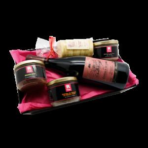 Corbeille cadeaux Maison Reignier composée de vin et de produits sarthois